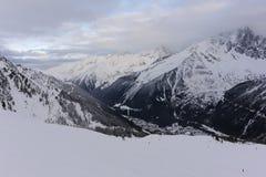 Panorama von französischen Alpen mit den Gebirgszügen umfasst im Schnee und in den Wolken im Winter Stockfoto