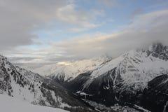 Panorama von französischen Alpen mit den Gebirgszügen umfasst im Schnee und in den Wolken im Winter Lizenzfreie Stockfotografie