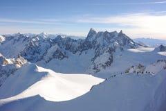 Panorama von französischen Alpen mit den Gebirgszügen umfasst im Schnee im Winter Lizenzfreies Stockfoto