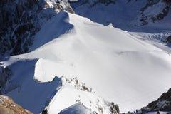 Panorama von französischen Alpen mit den Gebirgszügen umfasst im Schnee im Winter Lizenzfreies Stockbild