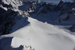 Panorama von französischen Alpen mit den Gebirgszügen umfasst im Schnee im Winter Stockfoto