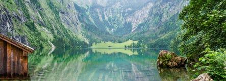 Panorama von Gebirgssee Obersee in den deutschen Alpen Bayern, Deutschland Lizenzfreies Stockfoto