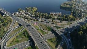Panorama von Großstadt mit Flussansicht stock footage