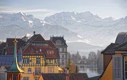 Panorama von Häusern in Thun und die Alpen und das Thunersee Stockfoto