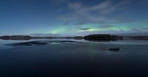 Panorama von Halbgefrorenessee nachts Winter mit Aurora stockfotografie