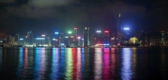 Panorama von Hong Kong Island von Kowloon in der Nacht Lizenzfreie Stockfotografie