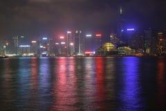 Panorama von Hong Kong Island von Kowloon in der Nacht Lizenzfreies Stockfoto