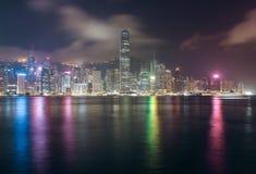 Panorama von Hong Kong Island von Kowloon in der Nacht Lizenzfreies Stockbild