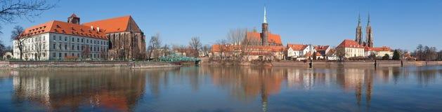 Panorama von Insel Ostrow Tumski, von Fluss Odra (Oder) und von Türmen der gotischen Kathedrale von Johannes der Baptist in Bresl lizenzfreie stockbilder