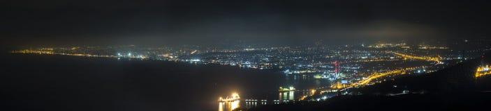 Panorama von Iraklio nachts Meer mit Nachtlichtern der Stadt stockbild