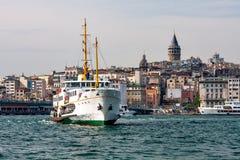 Panorama von Istanbul und von Bosporus mit dem Schiff im Vordergrund Stockfoto