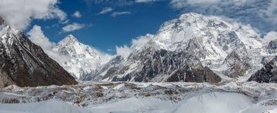 Panorama von K2 und von breiter Spitze von Concordia lizenzfreie stockfotografie