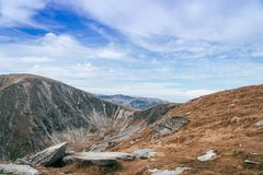 Panorama von Karpaten-Bergen und von berühmter Transalpina-Straße Szenische Antriebe Transalpina Romania's, kletternd zur Spitz stockbilder