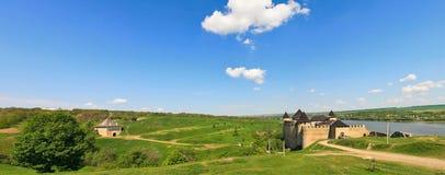 Panorama von Khotyn-Festung auf Dnister-Flussufer ukraine Stockbilder