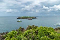 Panorama von kleiner Insel Crystal Coves und von touristischen Booten nahe Boracay-Insel in den Philippinen stockfoto