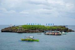 Panorama von kleiner Insel Crystal Coves und von touristischen Booten nahe Boracay-Insel in den Philippinen lizenzfreie stockfotos