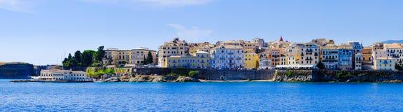 Panorama von Korfu-Stadt vom Meer Alte Stadtgebäude Stockfotografie