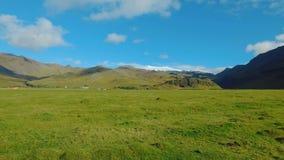 Panorama von malerischen Grünfeldern und von statischen Wolken in Island, nahe Vulkan Eyjafjallajokull stock video