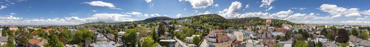 Panorama von Moedling mit seinem berühmten Aquädukt - Niederösterreich lizenzfreie stockbilder
