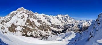 Panorama von Mont Blanc de Courmayeur-, Val Veny- und Youla-Steigung Lizenzfreies Stockbild
