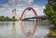 Panorama von Moskau mit der roten Brücke durch Moskau-Fluss Stockfotografie