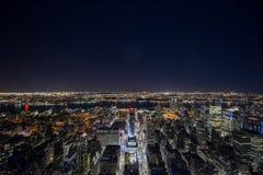 Panorama von New York City nachts Lizenzfreie Stockfotos