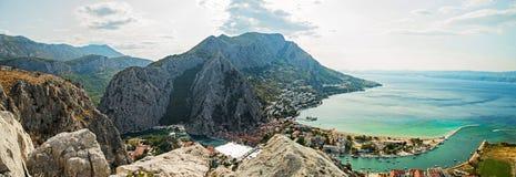 Panorama von Omis-Stadt in Kroatien lizenzfreie stockbilder