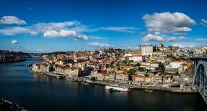 Panorama von Oporto-` s Ribeira mit einem klaren Himmel Stockbild