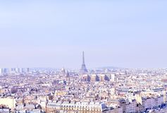 Panorama von Paris auf einem Hintergrund des blauen Himmels lizenzfreie stockbilder