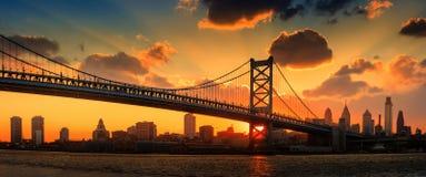 Panorama von Philadelphia Skylinen, Ben Franklin Bridge und Penns Stockfotografie