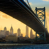 Panorama von Philadelphia Skylinen, Ben Franklin Bridge und Penns Stockbild