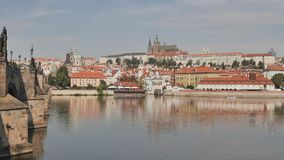 Panorama von Prag mit einem Teil Charles Bridges und des Flusses Tschechische Hauptstadt stock video footage