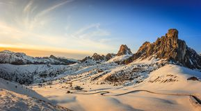 Panorama von Ra Gusela-Spitze vor Berg Averau und Nuvolau, in Passo Giau, hoher alpiner Durchlauf nahe Cortina d'Ampezzo, Dolomit stockfotos