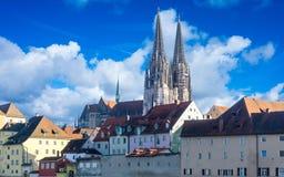Panorama von Regensburg auf der Donau mit Kathedrale von St Peter und von Steinbrücke stockbild