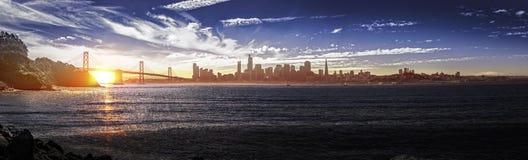 Panorama von San Francisco mit Bucht-Brücke lizenzfreie stockfotografie