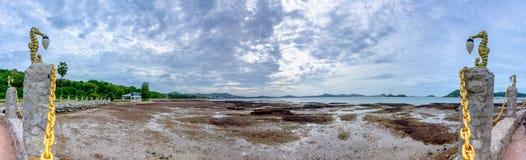 Panorama von Sattahip-Bucht, wenn Wasserspiegel von der Ebbe sehr niedrig ist lizenzfreie stockfotografie