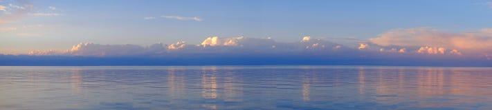 Panorama von schönen Wolken und von Meer Stockfotografie