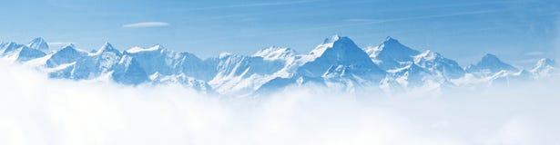 Panorama von Schnee-Gebirgslandschaftsalpen