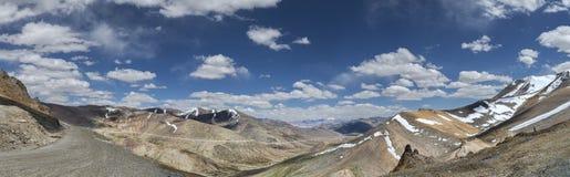 Panorama von Schnee mit einer Kappe bedeckten Bergen Straße und Tal von Tanglang-La überschreiten Stockbilder