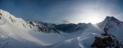Panorama von schneebedeckten Bergen von Kirgisistan Kyrgyz Strecke Stockfotos