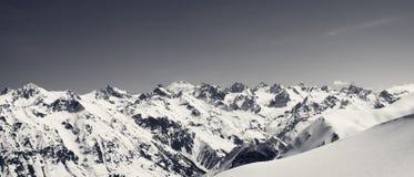 Panorama von Schneebergen und von abseits der Piste schneebedeckter Steigung für freerid Stockfotografie