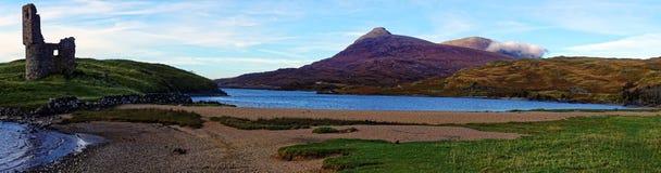 Panorama von schottischem Loch, von Schloss und von Bergen Stockfoto