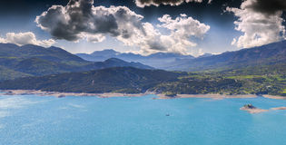 Panorama von See Serre-Poncon Stockfotos