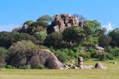Panorama von Serengeti Steine und Felsen Tanzania, Afrika lizenzfreies stockbild