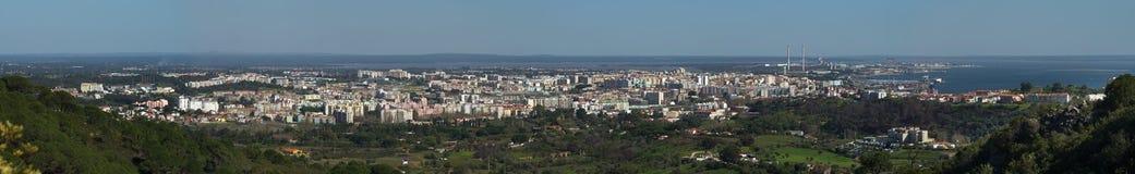 Panorama von Setubal gesehen von Heiliges Luis-Bergen Lizenzfreies Stockbild