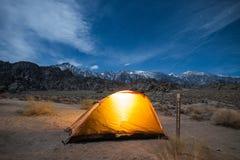 Panorama von Sierra Nevada Mountains und von Zelt nachts unter Mond-Licht in Alabama-Hügeln, einzige Kiefer, Kalifornien stockfoto
