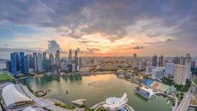 Panorama von Singapur Marina Bay mit Finanzbezirkswolkenkratzern am Sonnenunterganglicht nachgedacht über das Hafen timelapse stock video