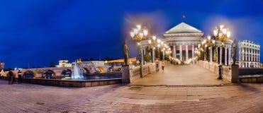 Panorama von Skopje mit Ansicht des archäologischen Museums und der Brücke von Zivilisationen stockbild