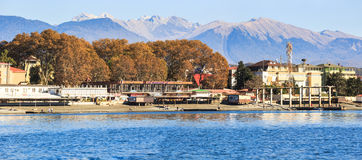 Panorama von Sochi, Adler-Region im November Berg der kaukasischen Kante auf dem Hintergrund Lizenzfreies Stockfoto