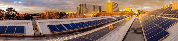 Panorama von Sonnenkollektoren auf Dachspitze Lizenzfreie Stockfotografie